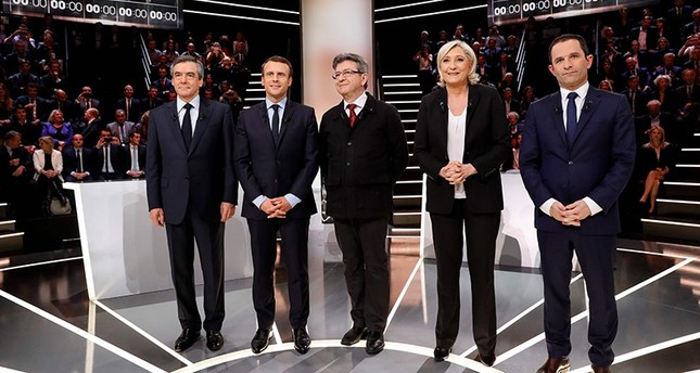 French presidential election candidates, Francois Fillon, Emmanuel Macron, Jean-Luc Melenchon, Marine Le Pen, and Benoit Hamon, pose before a debate organised by the French private TV channel TF1 on March 20, 2017 in Aubervilliers. (AFP Photo)