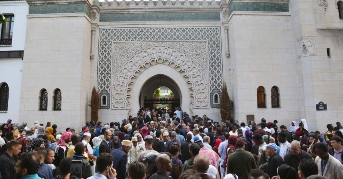 Muslims gather at the Great Mosque of Paris at the start of the Eid al-Fitr holiday, which marks the end of Ramadan, Paris, June 14, 2018. (AFP Photo)