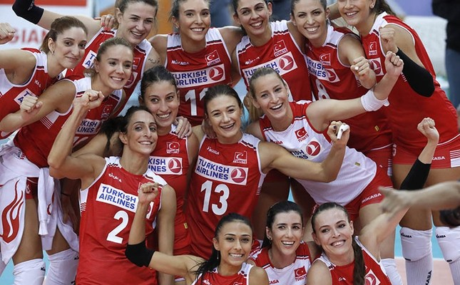 Players of Turkey celebrate their win after the 2017 CEV Volleyball Women European Championship quarterfinal match between Russia and Turkey in Baku, Azerbaijan, 29 September 2017.  (EPA Photo)