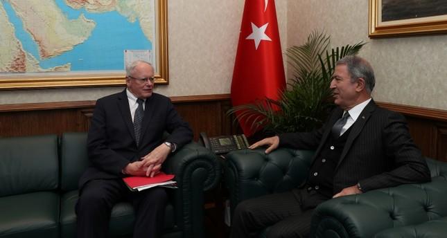وزير الدفاع التركي خلوصي أكار والمبعوث الأمريكي الخاص إلى سوريا، جيمس جيفري أثناء لقائهما في أنقرة  (الأناضول)