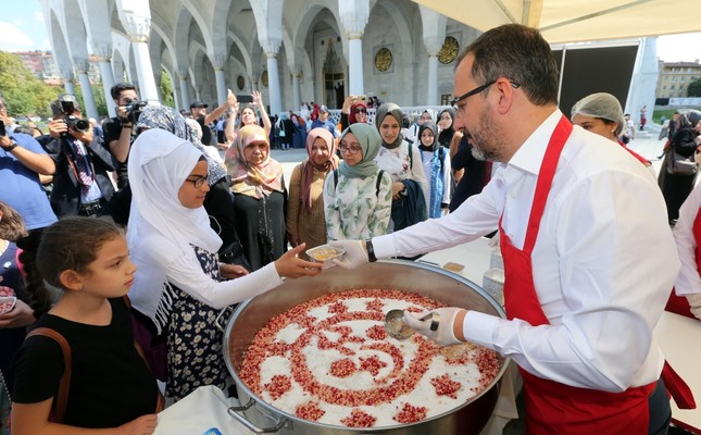 Minister of Youth and Sports Muharrem Kasapoğlu serves ashura dessert to people at a mosque in Ankara, Sept. 9, 2019.