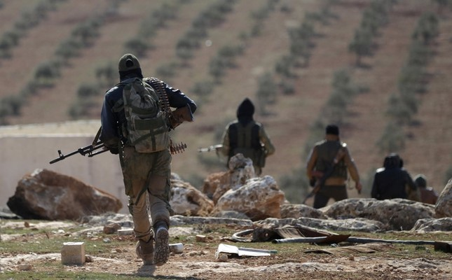 Opposition fighters carry their weapons as they walk on the outskirts of the northern Syrian town of al-Bab, Syria February 1, 2017. (Reuters Photo)