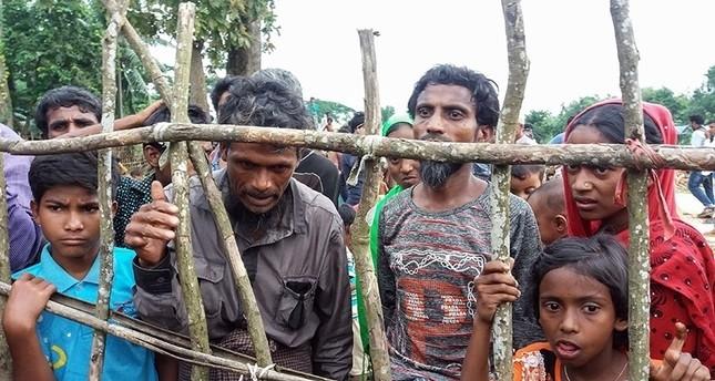 مجموعة من اللاجئين من مسلمي الروهينغيا أمام إحدى مخيمات اللاجئين في بنغلاديش لحظة وصولهم  19/أغسطس 2017  (وكالة الأنباء الفرنسية)