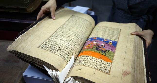 رقمنة آلاف المخطوطات الأثرية النادرة بمكتبة قونية وسط تركيا