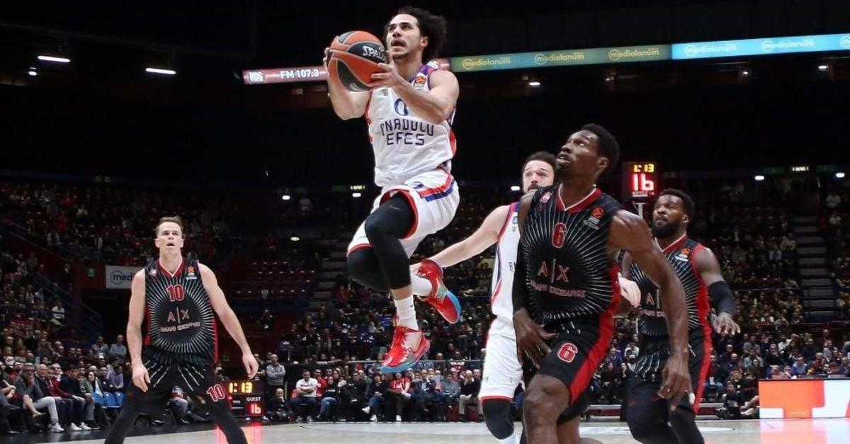 Anadolu Efes' Shane Larkin jumps to score against AX Armani Exchange Milan in their EuroLeague basketball match, Nov. 21, 2019. (EPA Photo)