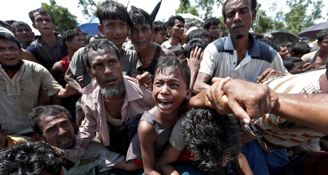 A boy is pulled to safety as Rohingya refugees scuffle while queueing for aid at Cox's Bazar, Bangladesh, September 26, 2017. (REUTERS Photo)