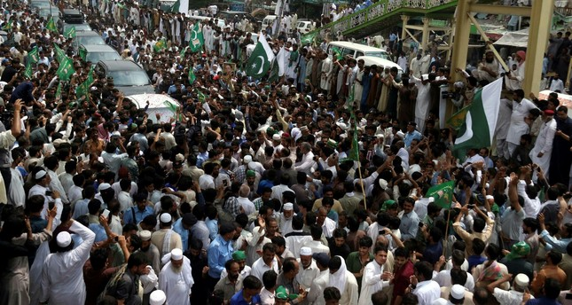 Supporters of Nawaz Sharif, former Prime Minister and head of ruling party Pakistan Muslim League Nawaz (PML-N) surround his vehicle during his arrival from Murree to Islamabad, Pakistan, 05 May 2017. (EPA Photo)