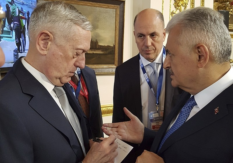 U.S. Secretary of Defense James Mattis, left, takes notes as Prime Minister Binali Yu0131ldu0131ru0131m, right, talks ahead of the Somalia Conference, in London, Thursday, May 11, 2017 (AP Photo)