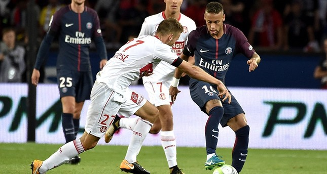 Paris Saint Germain's Neymar Jr (R) in action aganst Toulouse's Alexis Blin (L) during the French Ligue 1 soccer match between Paris Saint Germain (PSG) and Toulouse FC (TFC) at the Parc des Princes stadium in Paris, France, 20 Aug. 2017. (EPA Photo)