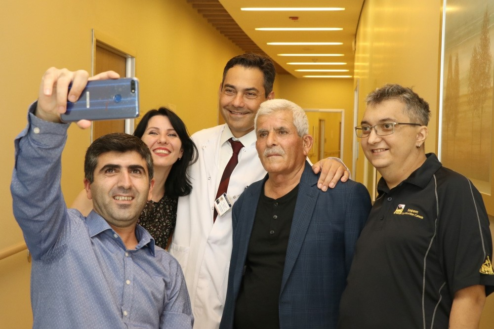 Families pose for a selfie with Prof. Emirou011flu who oversaw the transplant surgeries. u0130zzet u00d6nal [far L] donated part of his liver to M. Pavliv [far R] while L. Pavliv [left in second row], donated part of her liver to Su00fcleyman u00d6nal [second R].