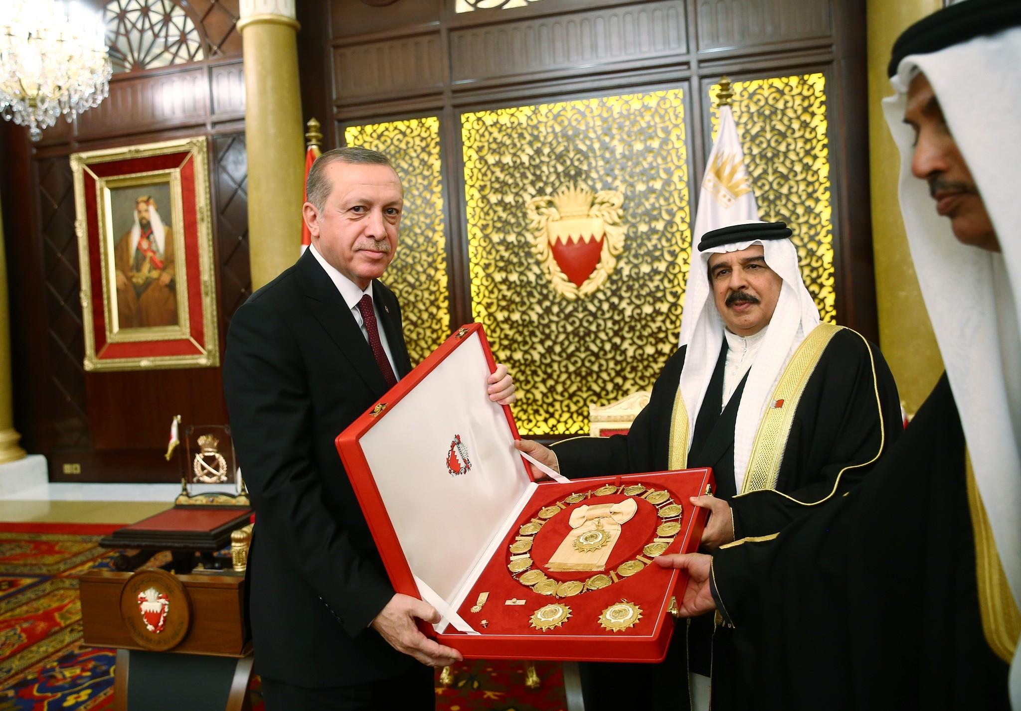 King Hamad bin Isa Al Khalifa presents the medal of Sheikh Isa bin Salman Al Khalifa to President Erdou011fan on February 12, 2017. (AA Photo)