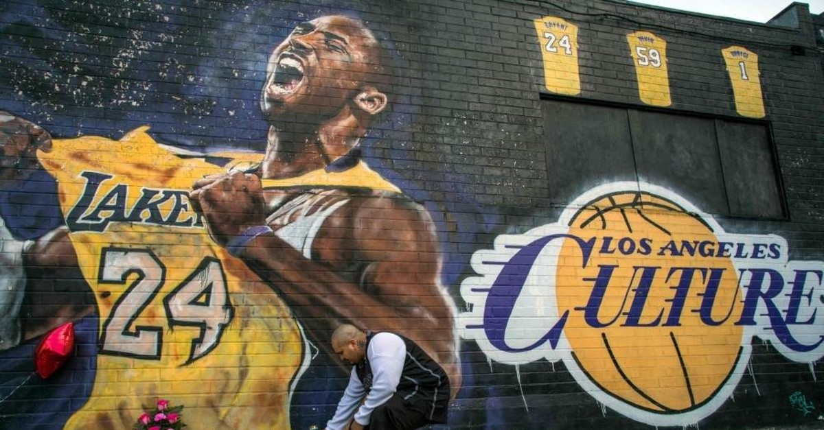 Candles lit in front of a Kobe Bryant mural in downtown Los Angeles, Jan. 26, 2020. (AFP Photo)