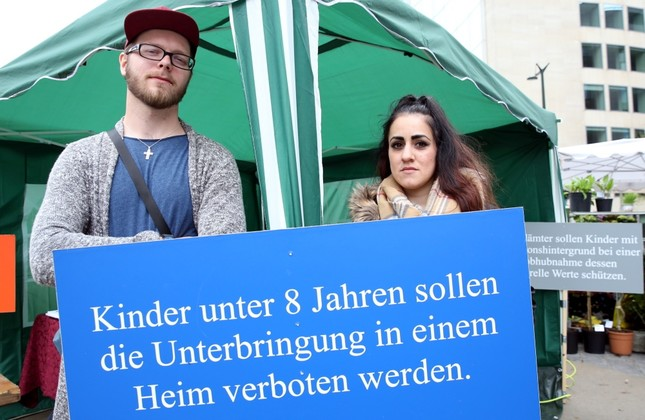 Patrick (L) and Ayşe (R) Dahlhoff joined the demonstration in Brussels against Germany. (AA Phoyo)