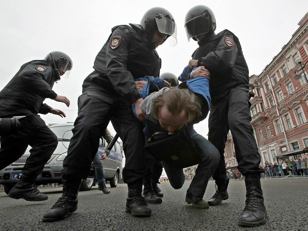 Russian police detain a protester at a demonstration against President Vladimir Putin in St.Petersburg, Russia, May 5, 2018. (AFP Photo)