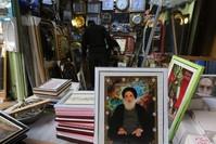 صور السيستاني في أحد محلات بغداد الفرنسية