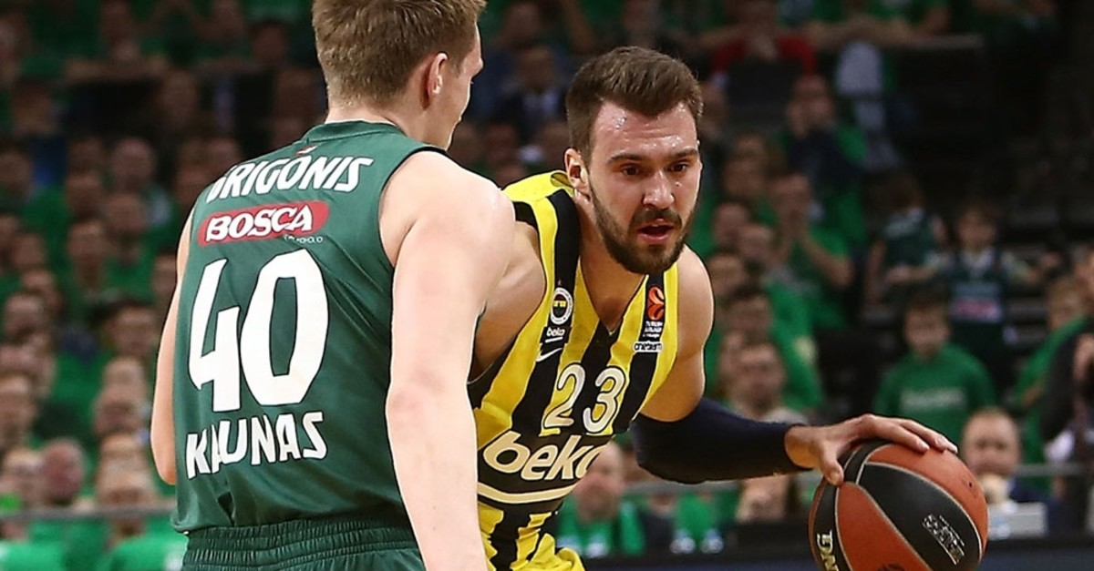 Marko Guduric confronts Zalgirisu2019 Marius Grigonis. Guduric is credited with Fenerbahu00e7eu2019s victory with a pair of 3-pointers.