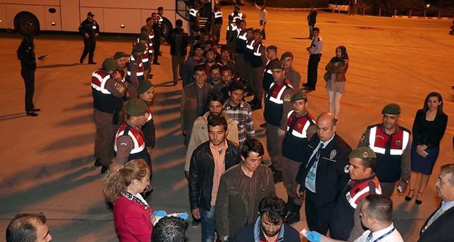 مهاجرون أفغان تم ترحيلهم إلى بلادهم من مطار مدينة إزمير