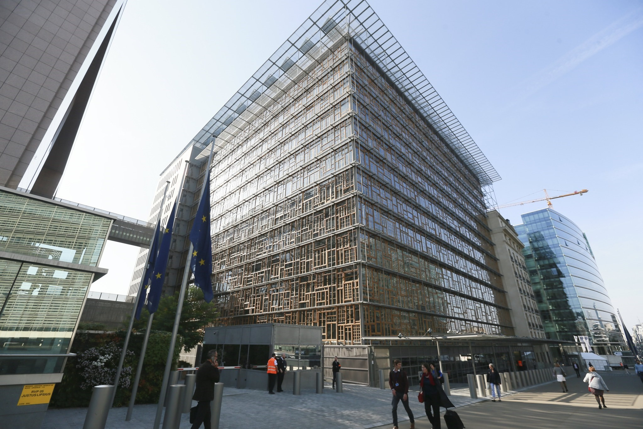 Belgium police and security in front of  the European Council after the Europa building was evacuate in Brussels, October 18, 2017. (EPA Photo)