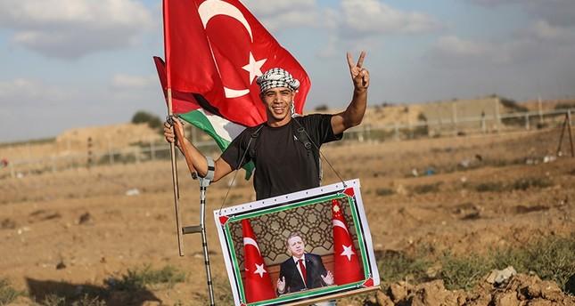 فلسطينيون يرفعون العلم التركي وصورة أردوغان في مسيرات العودة