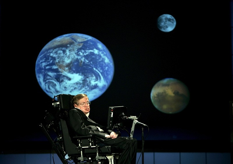 Professor Stephen Hawking delivers a speech entitled 'Why We Should Go Into Space' at the The George Washington University in Washington, DC, USA, 21 April 2008. (EPA Photo)