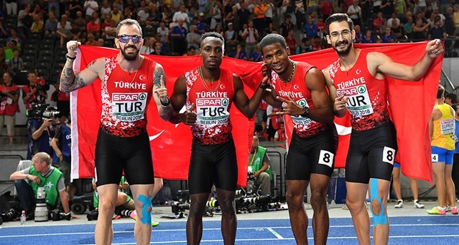 The Turkish team poses after the men's 4x100m relay final during the European Athletics Championships at the Olympic stadium in Berlin on Aug. 12, 2018. (AFP Photo)