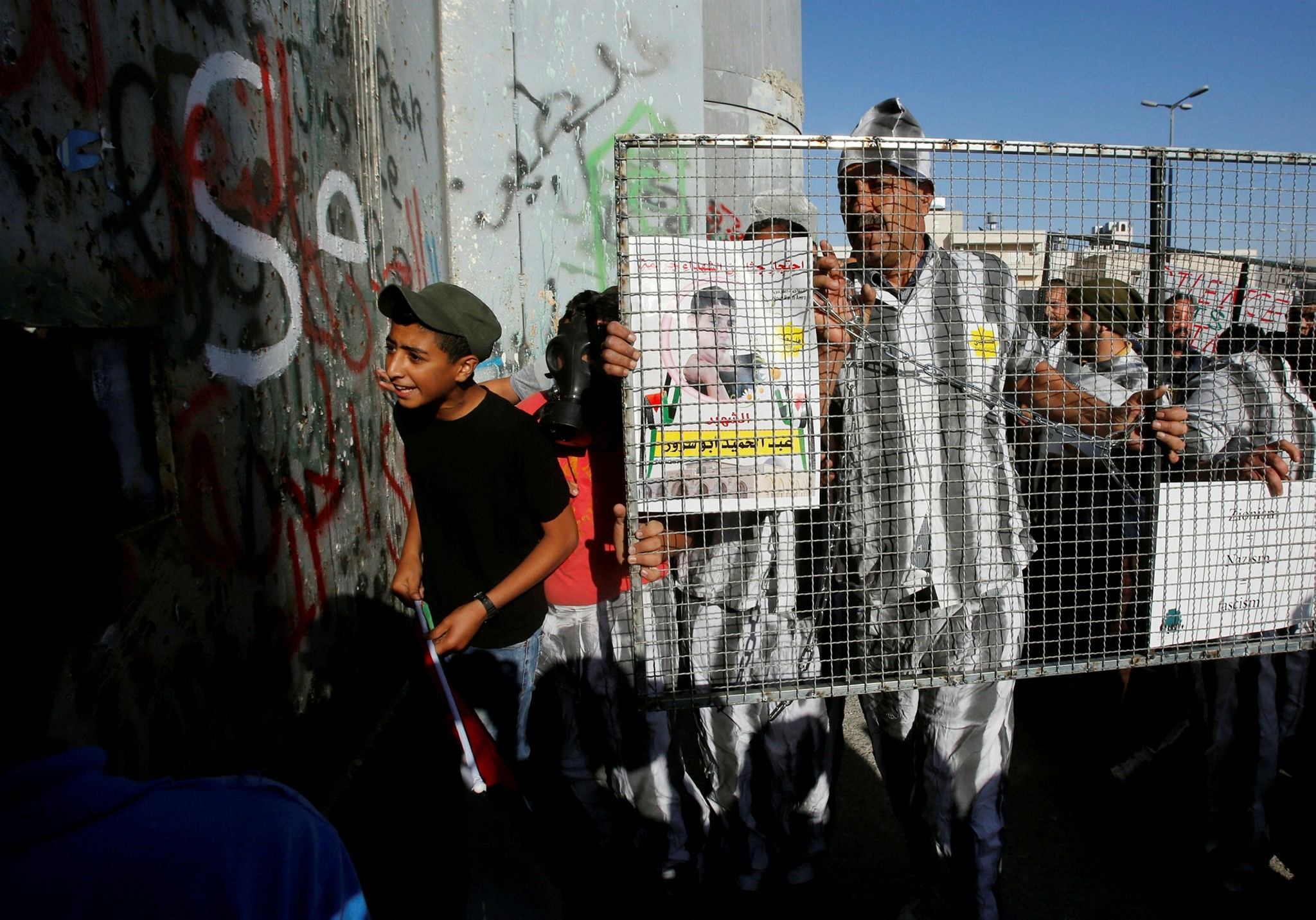 Palestinians take part in a protest in support of Palestinian prisoners on hunger strike in Israeli jails, in the West Bank city of Bethlehem May 4, 2017. (Reuters Photo)