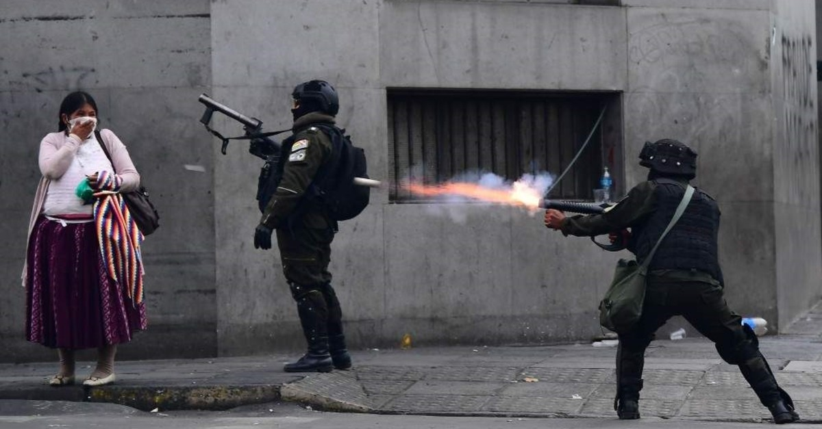 Riot police fire tear gas to disperse supporters of Bolivian ex-President Evo Morales, La Paz, Nov. 13, 2019. (AFP Photo)