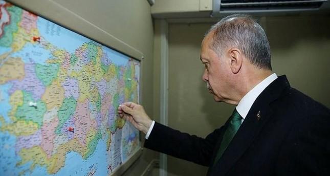 أردوغان يستخدم خريطة للتأشير على المحافظات التي يختتم فيها حملته الانتخابية
