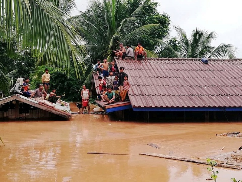 Villagers evacuate after the Xepian-Xe Nam Noy hydropower dam collapsed in Attapeu province, Laos July 24, 2018. (Reuters Photo)