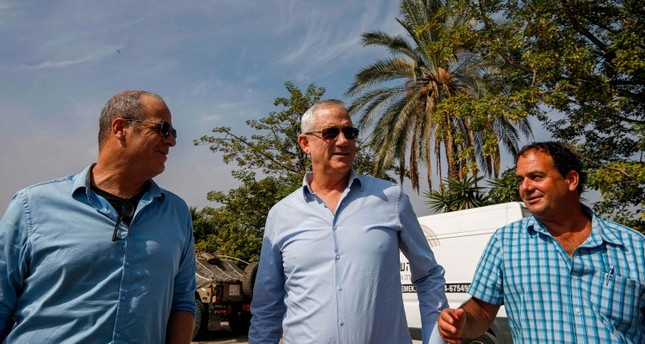 Retired Israeli General Benny Gantz (C), one of the leaders of the Blue and White (Kahol Lavan) political alliance, visits the Jordan Valley site of Naharayim (AFP Photo)