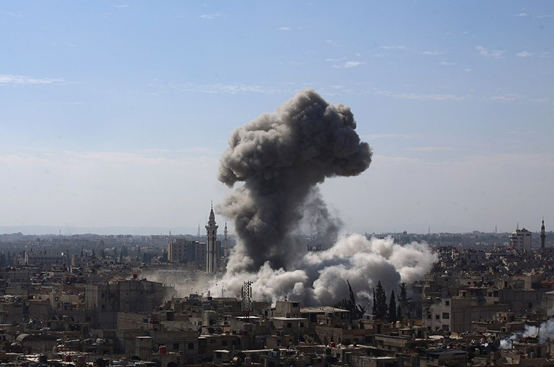 A cloud of smoke rises following an air strike by Assad regime forces in the opposition-held area of Douma, north east of the capital Damascus, Syria, February 5, 2015. (AFP Photo)