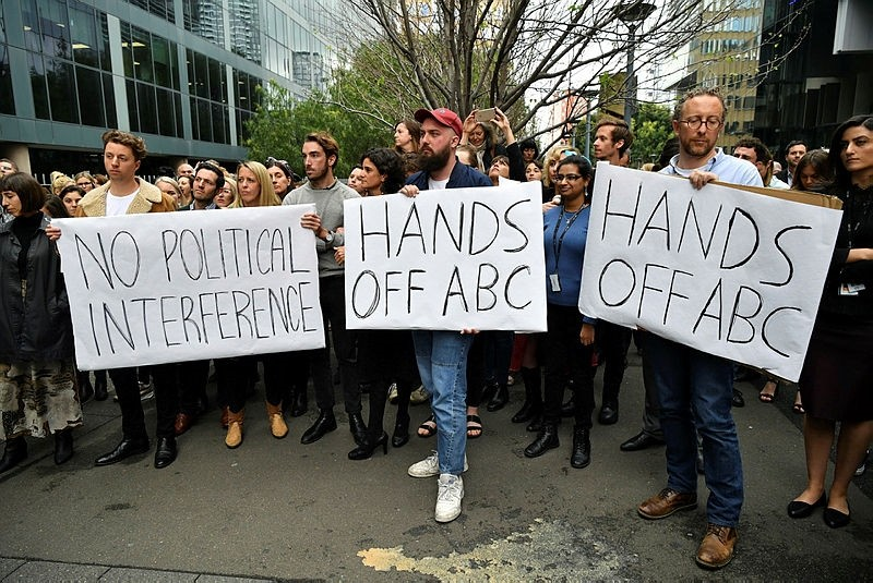 ABC staff hold a meeting outside their offices in Ultimo, Sydney, Australia, 26 September 2018. (EPA Photo)