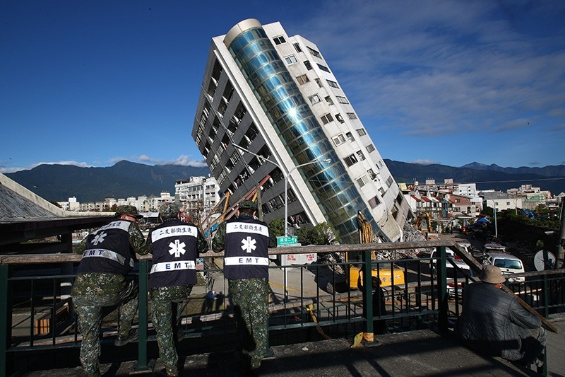 Emergency response team standby as engineers inspects a building damaged by an earthquake in Hualien, eastern Taiwan, 10 February 2018. (EPA Photo)