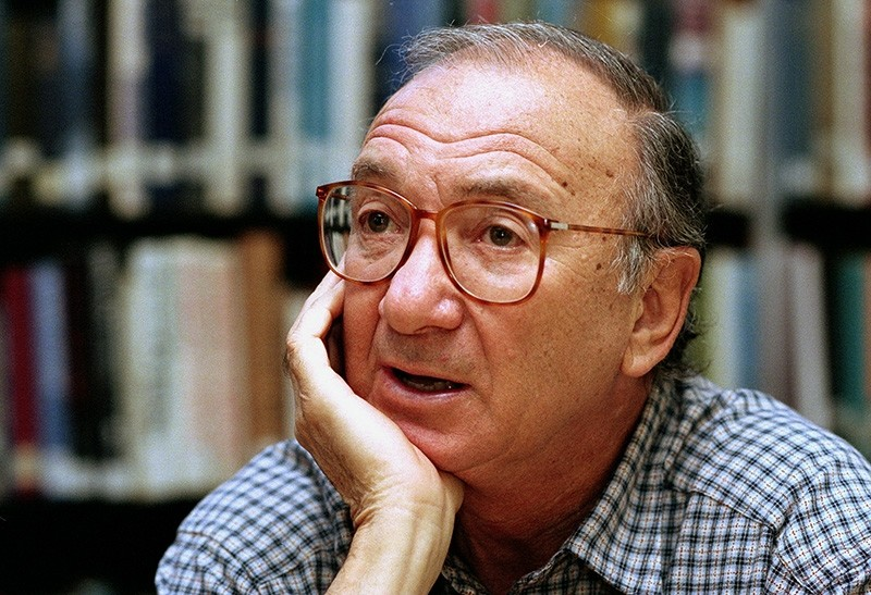 In this Sept. 22, 1994, file photo, american playwright Neil Simon answers questions during an interview in Seattle, Wash. (AP Photo)