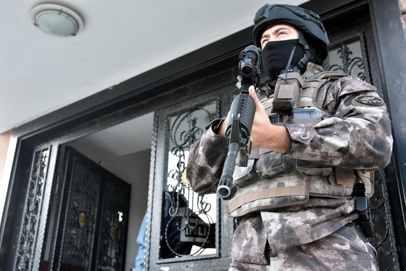 A special operations police stands guard outside a house where an operation is underway against FETu00d6 members (DHA File Photo)