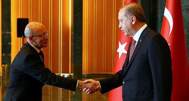الرئيس أردوغان يستقبل جموع المهنئين بعيد النصر في القصر الرئاسي