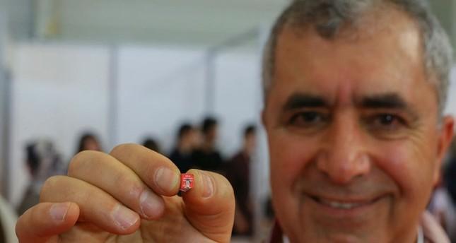 Türkischer Dichter stellt 0,2 Gramm schweres winziges Buch her