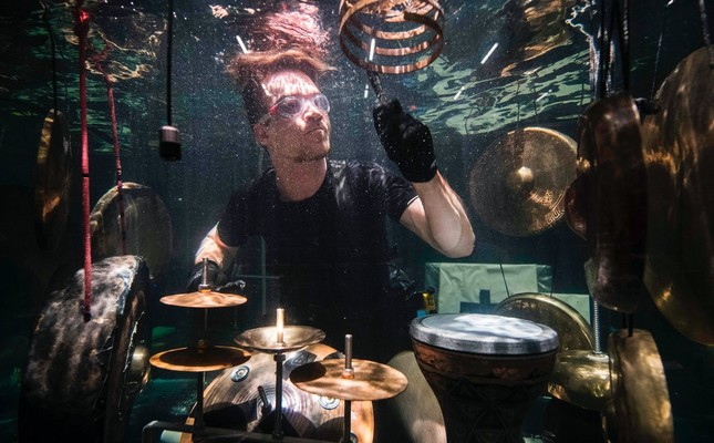 Musicians in aquarium create sound in silent world