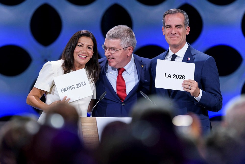 IOC President Thomas Bach (C) poses for pictures with Paris Mayor Anne Hidalgo (L) and Los Angeles Mayor Eric Garcetti in Lima on September 13, 2017. (AFP Photo)