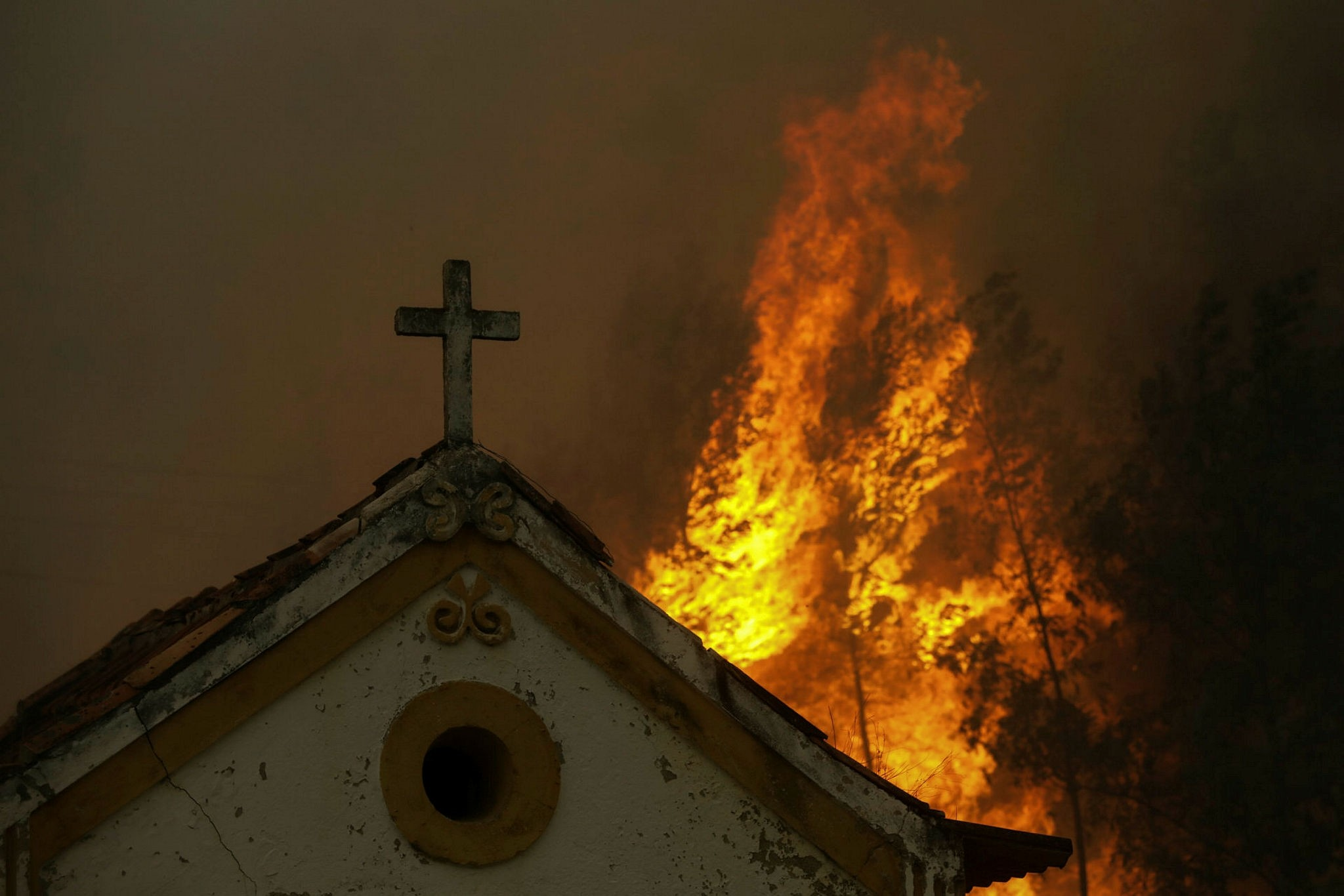 The fire threatens a small chapel in Moinhos village, Lousa, Portugal, 15 October 2017. (EPA Photo)