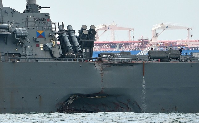 A general view shows the guided-missile destroyer USS John S. McCain with a hole on its left portside after a collision with oil tanker, outside Changi naval base in Singapore on August 21, 2017. (AFP Photo)