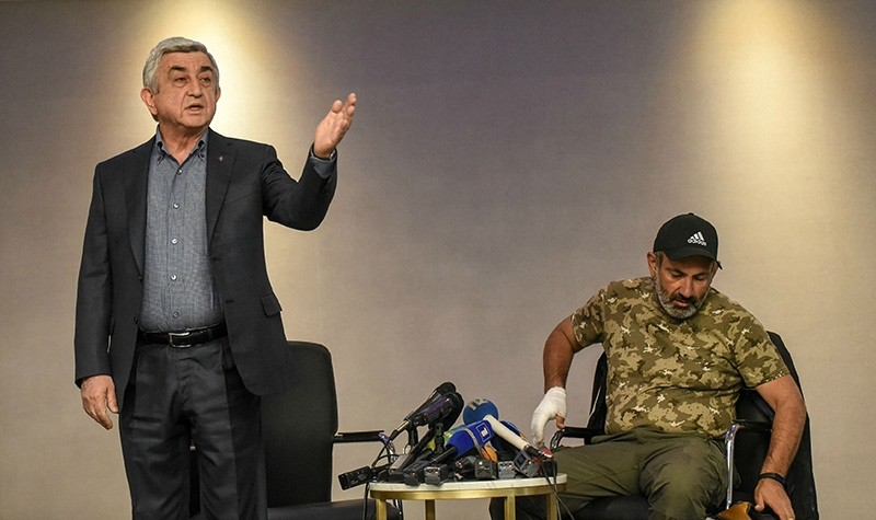 Armenian Prime Minister Serzh Sargsyan (L) gestures during his meeting for televised talks with anti-government protest leader Nikol Pashinyan in Marriott hotel in Yerevan on April 22, 2018. (AFP Photo)