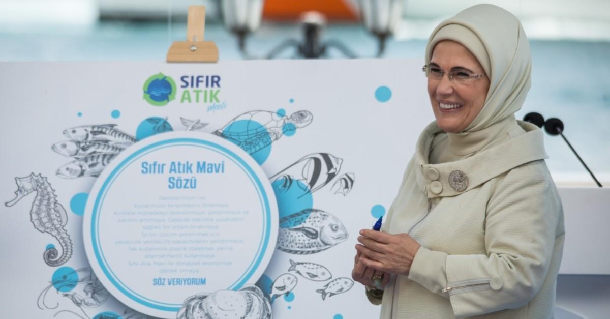 Emine Erdou011fan signed the Zero Waste Blue promise after her speech.