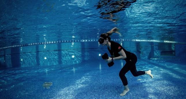 التركية بيلغا جينغيغيراي تستعد لتحطيم رقمها القياسي العالمي في السير تحت الماء
