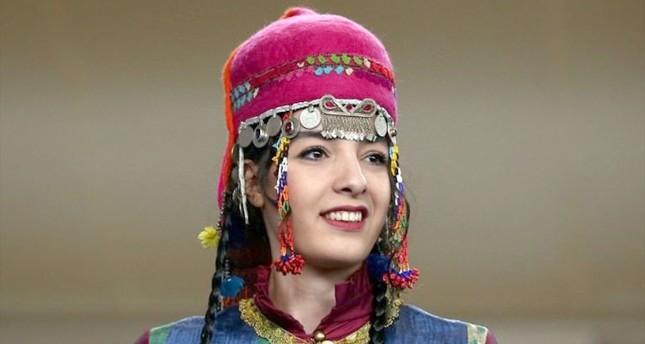 مصممة أزياء تركية تحيي موضة طرحة الزفاف التقلدية