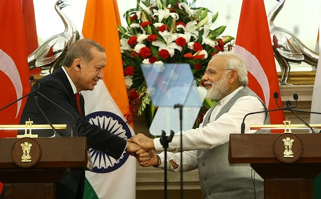 President Recep Tayyip Erdoğan and Indian Prime Minister Narendra Modi shake hands during a joint press conference in New Delhi, India, on May 1, 2017. (AA Photo)