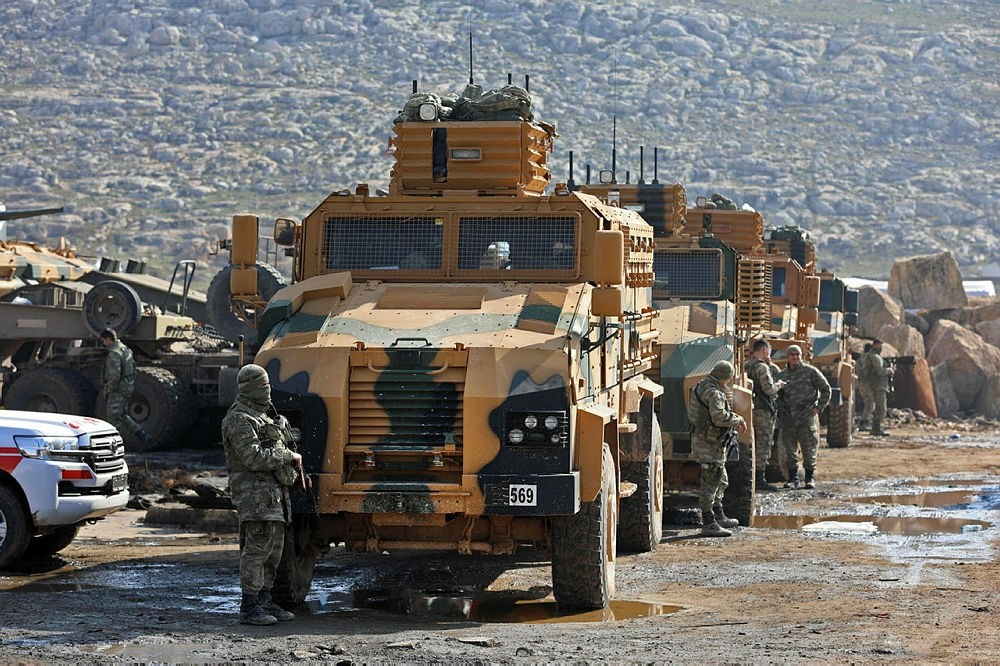 A convey of Turkish forces are seen near the village of Kafr Karmin, some 35 kilometers west of Aleppo, on January 30, 2018. (AFP Photo)