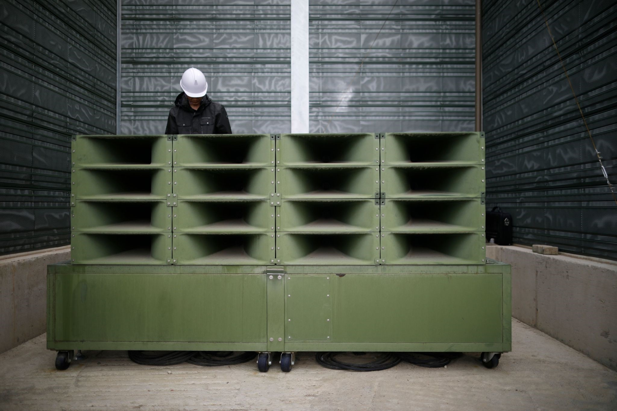 A worker dismantles loudspeakers that were set up for propaganda broadcasts near the demilitarized zone separating the two Koreas in Paju on May 1, 2018. (AFP Photo)