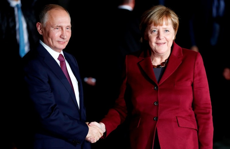 German Chancellor Angela Merkel (R) welcomes Russian President Vladimir Putin at the Chancellery in Berlin. (AFP File Photo)