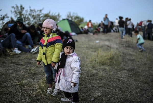 Children stand as Syrian refugees and migrants gather near the highway on Sept. 15, 2015, on theu0131r way to the border between Turkey and Bulgaria u0131n the northwestern Turkish cu0131ty of Edirne. (AFP Photo)